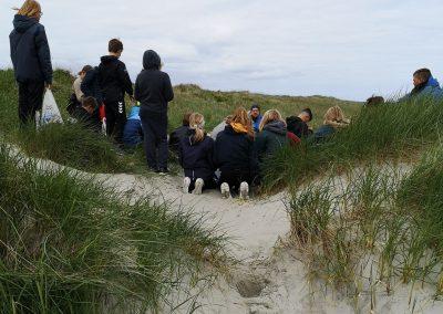 Elevene diskuterer hvor strandsøppelet kommer fra